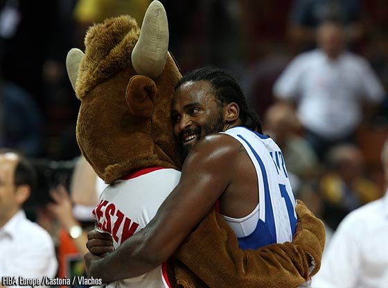 14. Ronny Turiaf (France) and the mascot Mieszko